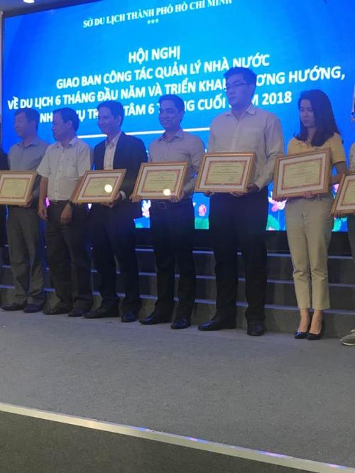 CEO Hà Khánh Tuyền (thứ 4 từ trái qua) nhận giấy khen của Sở Du lịch TP HCM.