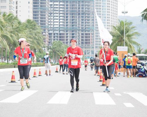 Bà Sylvie Lam (giữa) - Giám đốc nhân sự của SolarBK Holdings tham dự đường chạy 42 km.