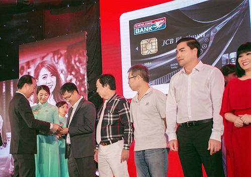 Ông Lê Trung Việt - Thành viên HĐQT kiêm Phó TGĐ Kienlongbank trao thẻ Kienlongbank JCB Platinum cho những khách hàng đầu tiên