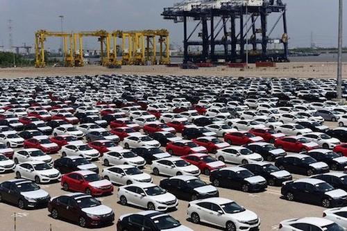 Xe con được làm thủ tục thông quan tại cảng TP HCM.