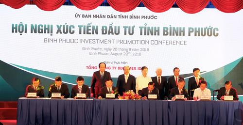 Ông Phan Đình Tuệ - Phó Tổng giám đốc Sacombank (ngồi thứ 3 từ phải qua) ký hợp đồng hợp tác toàn diện với Becamex Bình Phước.