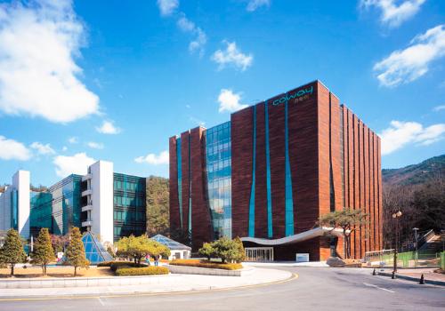 Trung tâm nghiên cứu và phát triển sản phẩm của Coway được xếp hạng là trung tâm R&D lớn nhất thế giới với diện tích 12.208 m2, 45 phòng thí nghiệm, trị giá hơn 60 tỷ won.