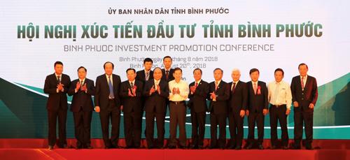 Ông Phan Đình Tuệ - Phó Tổng giám đốc Sacombank (thứ 5 từ phải qua) tại Hội nghị xúc tiến đầu tư tỉnh Bình Phước.