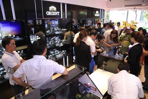 Khách hàng thăm quan gian hàng Orient Showroom tại TP Hồ Chí Minh trong ngày đầu khai trương