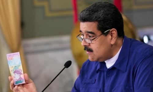 Tổng thống Venezuela - Nicolas Maduro giới thiệu tiền mới trong cuộc họp tháng 7. Ảnh: Reuters