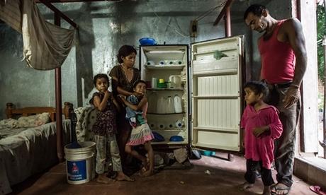 Tủ lạnh chỉ toàn chai nước của một gia đình ở Venezuela. Ảnh: NYT