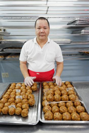 Ông Đạt ngày nào cũng cần mẫn nặn nhân cho từng chiếc bánh.