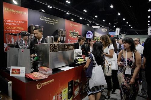 Gian hàng King Coffee thu hút sự quan tâm của người tiêu dùng Mỹ.