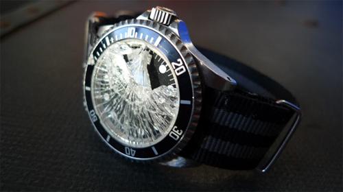 Với chính sách này, đồng hồ sẽ được thay mặt kính miễn phí khi bị rơi vỡ, va đập