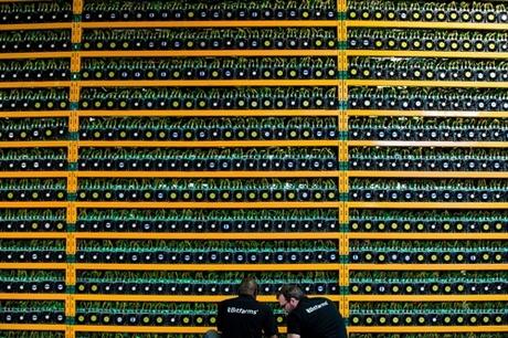 Hai kỹ sư tại xưởng đào của Bitfarms tại Canada. Ảnh: NYT