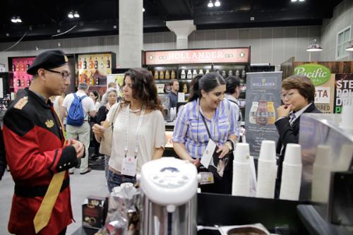 Người tiêu dùng Mỹ trải nghiệm hương vị cà phê sữa đá Việt tại gian hàng King Coffee trong khuôn khổ lễ hội cà phê quốc tế tại Los Angeles.
