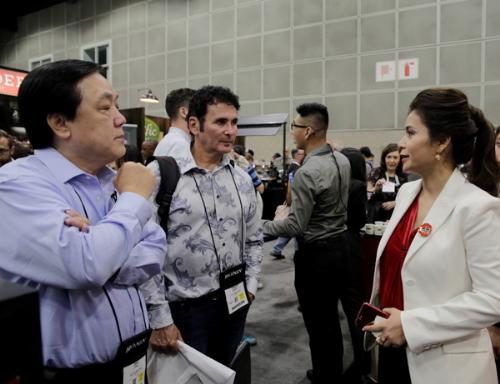 Bà Lê Hoàng Diệp Thảo - Tổng giám đốc Trung Nguyên International (phải) cho biết đang triển khai kế hoạch mở rộng mạng lưới phân phối King Coffee tại Mỹ và nhiều quốc gia khác.