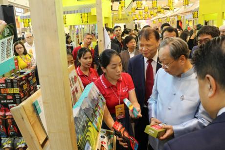 Ông Sontirat Sontijirawong - Bộ trưởng Bộ Thương mại Thái Lan (Áo xanh dương) và ông Đỗ Thắng Hải - Thứ trưởng Bộ Công thương Việt Nam (đeo ravat) tham quan một gian hàng chiều ngày 22/8.