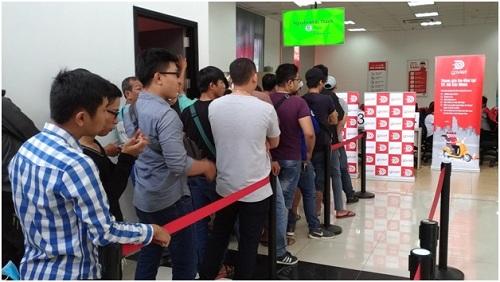 Hàng người dài chờ đăng ký làm đối tác tài xế tại trụ sở Go-Viet.