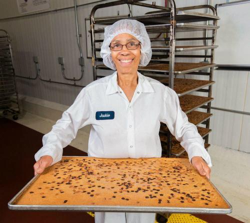 Thợ bánh Jackie tại xưởng Greyston Bakery ở Yonkers, New York.