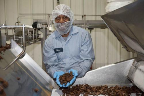 Thợ bánh Dion bên mẻ bánh brownie chocolate.
