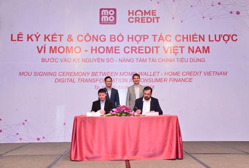 Đại diện Ví Momo và Home Credit Việt Nam ký kết hợp tác chiến lược.