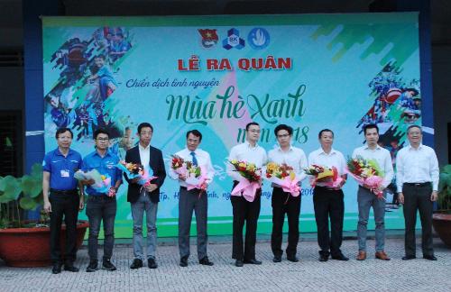 Ông Nguyễn Quang Hưng - Phó giám đốc Công ty Cổ phẩn sản xuất vật liệu cách âm, cách nhiệt Cát Tường (thứ hai từ phải qua) nhận hoa cảm ơn từ đại diện Đại học Bách Khoa TP HCM.