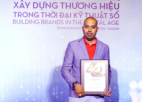 Ông Jay L. Lingeswara - Phó Giám đốc Thương mại Vietjet - nhận giải thưởng từ Forbes.