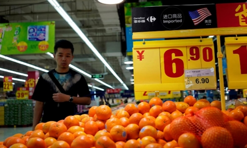 Táo Mỹ bày bán trong một siêu thị ở Thượng Hải. Ảnh: Reuters