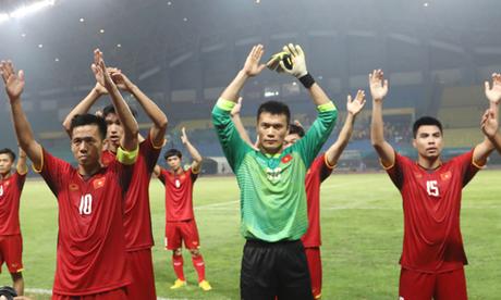 Tuyển Việt Nam ăn mừng chiến thắng trước Bahrain tại vòng 1/8. Ảnh: Đức Đồng