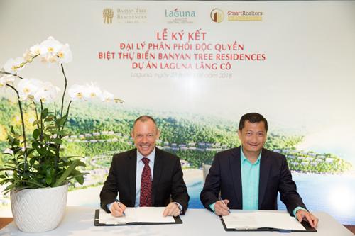 Đại diện lãnh đạo hai công ty ký kết hợp đồng đại lý phân phối độc quyền biệt thự biển Banyan Tree Residences thuộc dự án Laguna Lăng Cô.