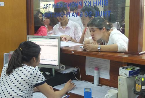 Cá nhân, doanh nghiệp làm việc với cán bộ thuế tại một chi cục ở Hà Nội. Ảnh: T.L.