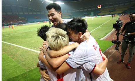 Các cầu thủ Việt Nam ăn mừng sau pha lập công của Văn Toàn trong trận Tứ kết. Ảnh: Đức Đồng