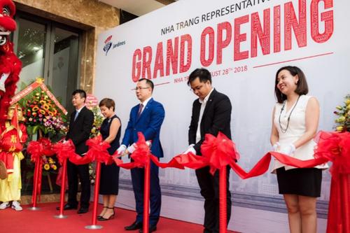 Thành viên Ban giám đốc Schindler Việt Nam cắt băng khánh thành văn phòng mới.