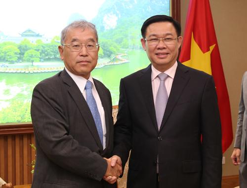 Phó thủ tướng Vương Đình Huệ (phải) tại cuộc gặp với Phó chủ tịch Tập đoàn Mitsubishi ngày 29/8. Ảnh: VGP
