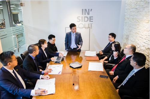 Ông Trần Văn Tỉnh - Tổng giám đốc IMM Group (giữa) trao đổi với các chuyên gia về đầu tư EB5. Thông tin chi tiết xem tại website. Hotline: 028.73072777 (TP HCM) - 024.73072777 (Hà Nội).