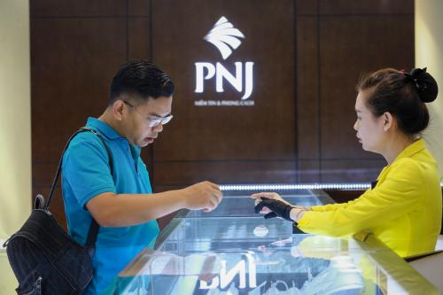 Khách giao dịch vàng tại Công ty PNJ. Ảnh: Thành Nguyễn.