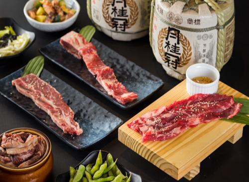 Điểm khác biệt mà thực khách không thể bỏ qua trong chuyến chu du ẩm thực tại xứ sở Phù Tang iSushilà những phần thịt nướng hảo hạng, mềm ngọt, thơm bơ đặc trưng, được phủ các phần sốt thấm vị đầy hấp dẫn như sốt Teriyaki, sốt Soyu và sốt iSushi...Với nhiều món ăn đa dạng, iSushi sẽ là địa điểm quen thuộc của những thực khách yêu ẩm thực và văn hóa Nhật Bản.
