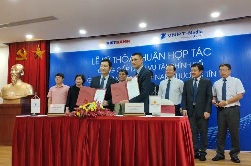 Ông Dương Thành Long - Tổng giám đốc Tổng công ty VNPT-Media và ông Nguyễn Thanh Nhung - Tổng giám đốc Vietbank ký kết hợp tác.