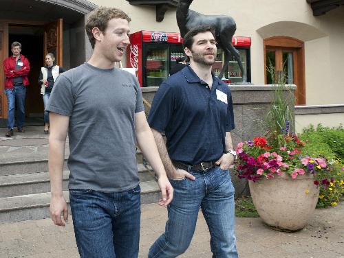 CEO Facebook Mark Zuckerberg trò chuyện với CEO LinkedIn Jeff Weiner. Ảnh: Huffingtonpost