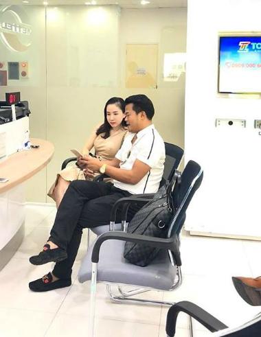 Ông Phương ngồi chờ giao dịch tại cửa hàng Viettel Hà Nội.
