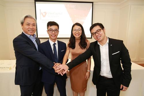 Ông Don Lam (bìa trái) cùng đại diện các startup mới được rót vốn.