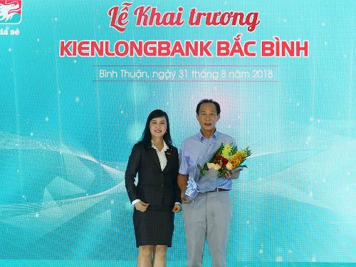 Bà Trần Tuấn Anh - thành viên HĐQT kiêm Tổng giám đốc Kienlongbank tặng hoa cảm ơn đại diện Ngân hàng Nhà nước Việt Nam, chi nhánh tỉnh Bình Thuận.