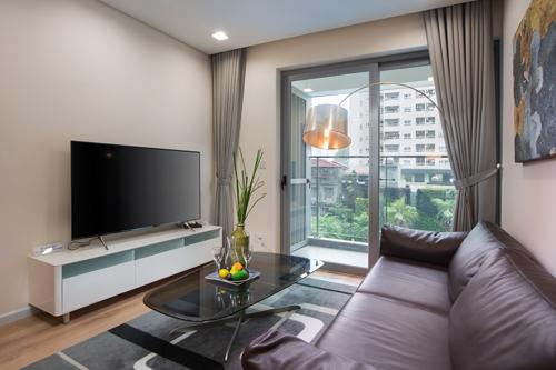 Phòng khách với ô kính rộng lấy ánh sáng tự nhiên.