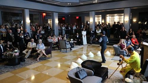 150 khách tham dự thưởng thức văn hóa âm nhạc Việt Nam qua màn trình diễn đàn bầu tại sự kiện ra mắt sách Competing with Giant diễn ra vào tối 30/8 giờ Mỹ tại trụ sở Forbes. Ảnh: K.A.