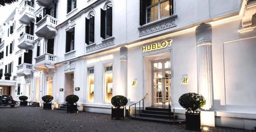 Thương hiệu Hublot không quá xa lạ với người Việt nhưng đây là lần đầu hãng đồng hồ Thụy Sĩ mở boutique chính thức tại Việt Nam. Boutique mới đặt tại khách sạn Sofitel Legend Metropole (Hà Nội) vừa đi vào hoạt động sáng 31/8. Đây là boutique thứ 4 của hãng tại thị trường Đông Nam Á.