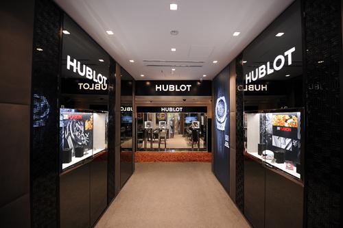 Boutique mới áp dụng phong cách thiết kế nội thất mới của Hublot với tông màu xám trầm hiện đại và các bề mặt kim loại hoàn thiện tối giản. Mang tinh thần trẻ trung và năng động, cửa hàng còn trưng bày một số tranh nghệ thuật phong cách Pop Art - đại diện cho triết lý Art of Fusion mà Hublot đang theo đuổi.