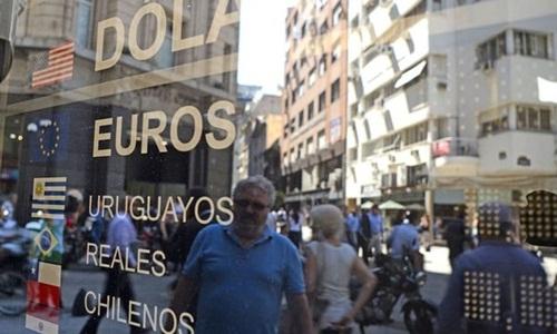 Bên ngoài một bảng tỷ giá trên đường phố Argentina. Ảnh:AFP