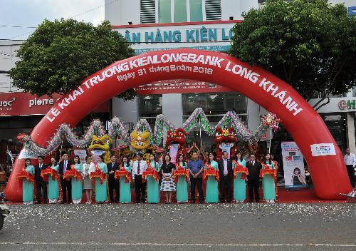 Nghi thức cắt băng khánh thành trong lễ khai trương phòng giao dịch Long Khánh.