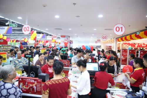 Nhiều hoạt động bán hàng giảm giá, ưu đãi, các chương trình khuyến mại thu hút sự tham gia của người dân tại trung tâm thương mại Vincom Lạng Sơn. Ảnh: Vincom