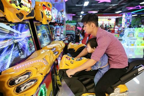 Đông đảo thanh thiếu niên và các gia đình trẻ có thể tận hưởng những tiện ích trong tổ hợp vui chơi, mua sắm, ăn uống, giải trí tại hai trung tâm thương mại Vincom tại Bắc Ninh, Lạng Sơn. Ảnh: Vincom