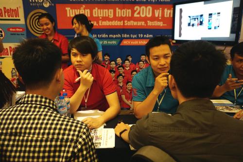 Cảnh phỏng vấn tại một buổi hội chợ tuyển dụng lao động ngành phần mềm. Ảnh: Viễn Thông