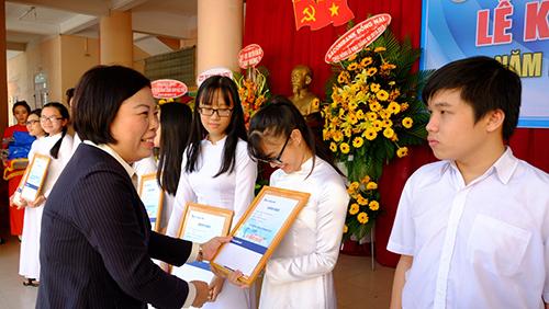 Bà Phạm Thị Thu Giám đốc Sacombank CN Đồng Nai trao học bổng 2018 cho các em học sinh Trường THPT Ngô Quyền.