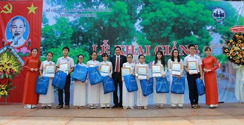 Ông Nguyễn Hữu Thường PGĐ Sacombank CN Đồng Nai trao học bổng 2018 cho các em học sinh Trường THPT Nam Hà.
