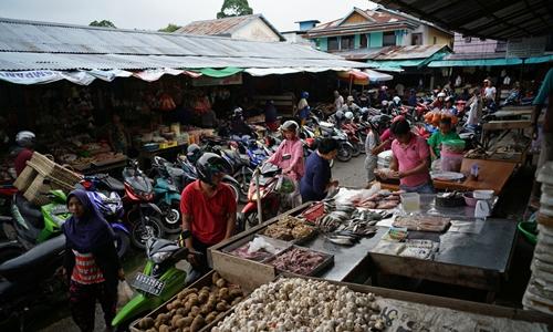 Một khu chợ tại Tây kalimantan (Indonesia). Ảnh: Bloomberg